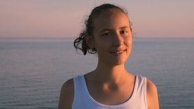 Verticale de belle fille de sourire Photographie stock libre de droits
