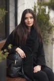 Verticale de belle jeune femme photographie stock