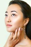 Verticale de belle jeune femme asiatique effectuez haut normal Image libre de droits