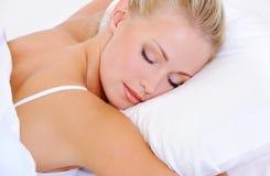 Verticale de belle jeune femme assez de sommeil Photographie stock