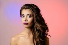 Verticale de belle jeune femme avec le long cheveu bouclé Photo libre de droits