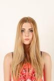 Verticale de belle jeune femme blonde Photo stock