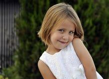 Verticale de belle jeune fille Images libres de droits
