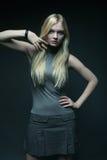 Verticale de belle jeune fille blonde dans la robe noire photo stock