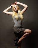 Verticale de belle jeune fille blonde dans la robe noire image stock