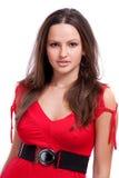 Verticale de belle jeune fille dans une robe rouge Image libre de droits
