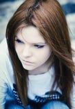 Verticale de belle jeune fille triste dans des sons froids Photographie stock libre de droits