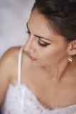 Verticale de belle mariée dans la robe de mariage Photographie stock libre de droits