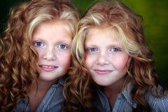 Verticale de belles filles jumelles Photographie stock libre de droits