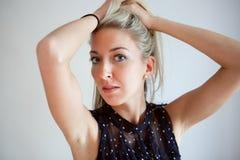 Verticale de belles jeunes femmes Photographie stock libre de droits