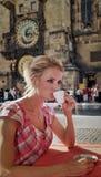 Verticale de blonde avec la cuvette de la boisson chaude. Image libre de droits