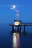 Verticale de Brant St Pier à Burlington, Canada la nuit Images stock