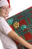Verticale de cadeau de Noël de fixation d'enfant image stock