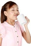 Verticale de café potable de belle femme. image stock