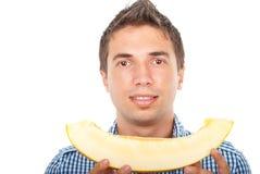 Verticale de cantaloup de fixation de jeune homme Photo stock
