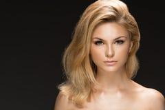 Verticale de charme de beau modèle de femme photo stock