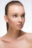 Verticale de charme de beau modèle de femme avec le renivellement quotidien frais et la coiffure ondulée romantique Barre de mise Photo libre de droits