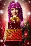 Verticale de charme de femme heureux de Noël, cadeaux Photo libre de droits