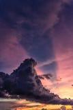 Verticale de coucher du soleil de nuage de train Images libres de droits