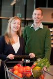 Verticale de couples d'épicerie Photos libres de droits