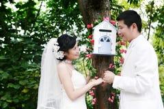 Verticale de couples de mariage photographie stock