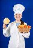 Verticale de cuisinier féminin avec le biscuit Photo stock