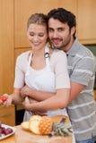 Verticale de dans des couples d'amour mangeant des fruits Photographie stock