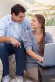 Verticale de dans des couples d'amour utilisant un carnet Images stock