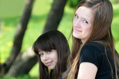Verticale de deux adolescentes Photographie stock libre de droits
