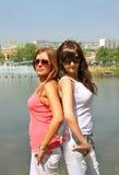 Verticale de deux belles filles Photo libre de droits