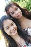 Verticale de deux belles filles thaïes Image libre de droits