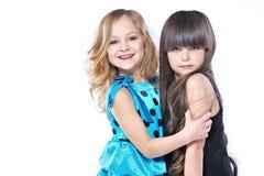 Verticale de deux belles jeunes amies Images stock