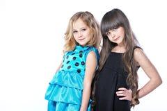 Verticale de deux belles jeunes amies Photo stock