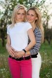 Verticale de deux belles jeunes femmes de sourire photos libres de droits