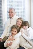 Verticale de deux enfants avec des parents Photo stock