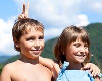 Verticale de deux enfants de sourire sur la nature Photographie stock