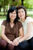 Verticale de deux femmes asiatiques Images stock