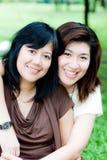 Verticale de deux femmes asiatiques Image libre de droits