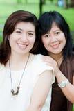 Verticale de deux femmes asiatiques Photo stock