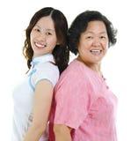 Verticale de deux femmes asiatiques Photos libres de droits