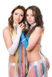 Verticale de deux femmes assez jeunes Photos stock