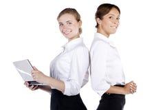 Verticale de deux femmes réussies d'affaires Photo stock