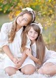 Verticale de deux filles Photographie stock libre de droits