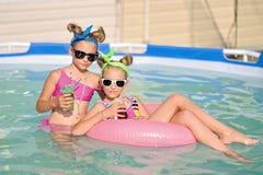 Verticale de deux filles Photographie stock