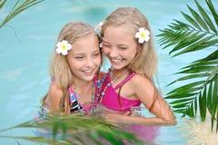 Verticale de deux filles Photo libre de droits