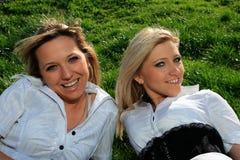 Verticale de deux filles avec du charme Photo libre de droits