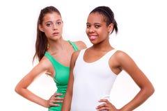 Verticale de deux filles différentes de nationalités Photographie stock libre de droits