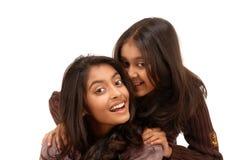 Verticale de deux filles indiennes au-dessus du fond blanc Photographie stock libre de droits