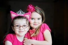 Verticale de deux filles rosâtres d'enfant Images libres de droits