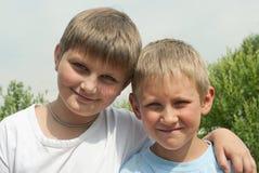 Verticale de deux garçons (6 et 10 ans) Photos libres de droits
